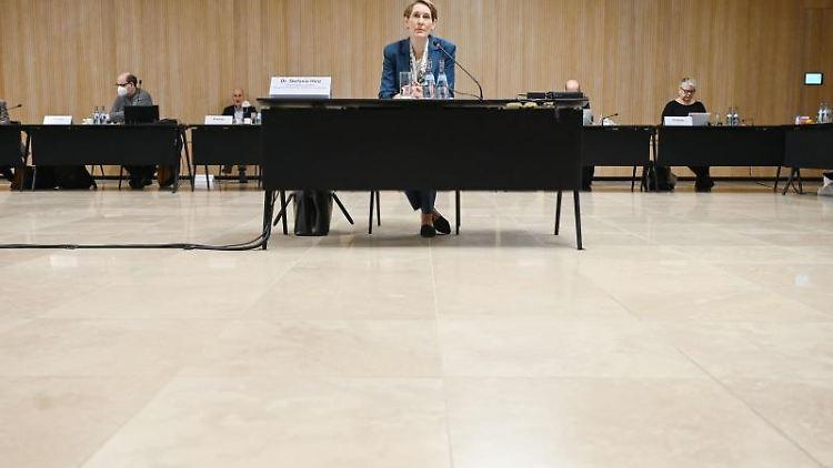 Polizeipräsidentin Stefanie Hinz (M), damals verantwortliche Abteilungsleiterin. Foto: Marijan Murat/dpa