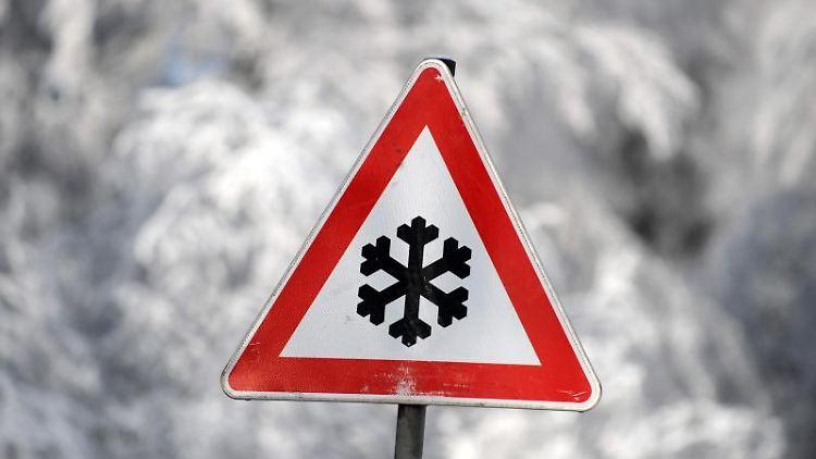 Ein Schild warnt vor winterlichen Straßenverhältnissen. Foto: picture alliance / dpa/Symbolbild
