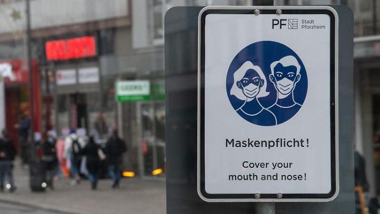 Ein Schild weist auf die Maskenpflicht in derPforzheimer Innenstadt hin. Foto: Sebastian Gollnow/dpa/Archivbild