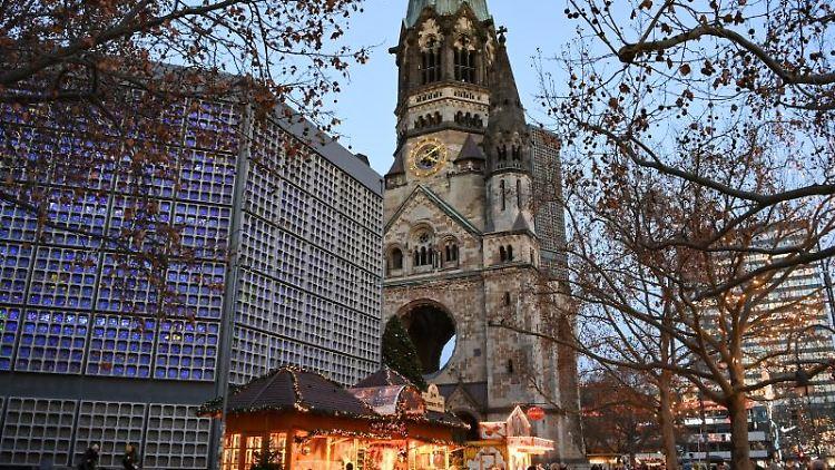 Nur wenige Weihnachtsbuden auf dem Breitscheidplatz an der Gedächtniskirche. Foto: Jens Kalaene/dpa-Zentralbild/dpa