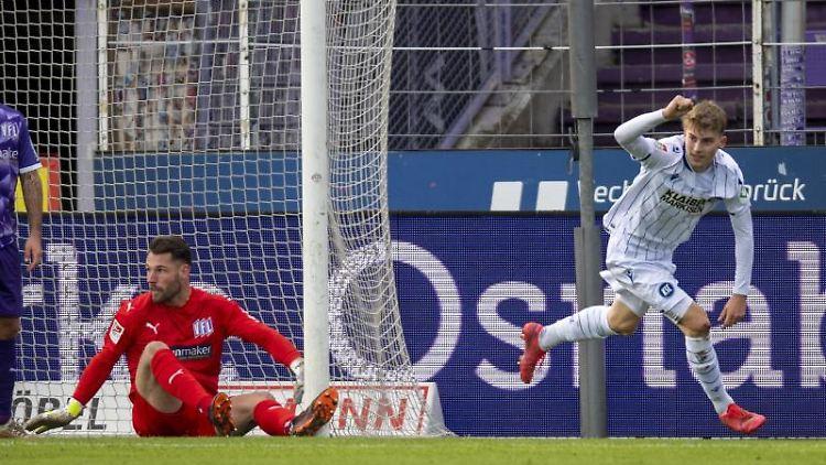 Karlsruhes Dominik Kother (r.) jubelt nach seinem Tor zum 1:1. Foto: David Inderlied/dpa