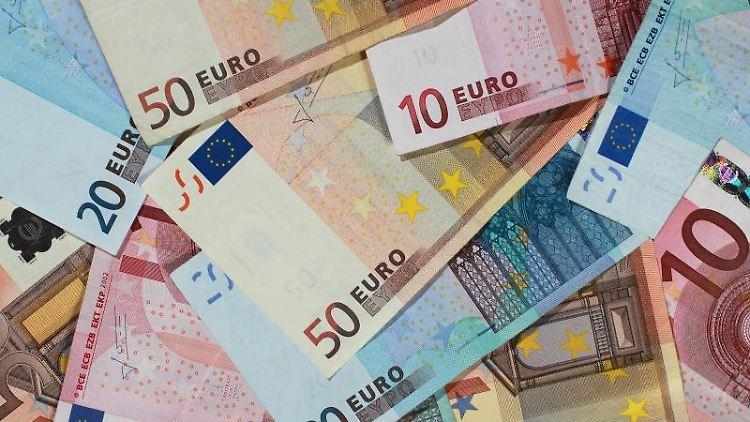 Euro-Banknoten liegen übereinander gestapelt. Foto: Jens Wolf/dpa-Zentralbild/dpa/Symbolbild