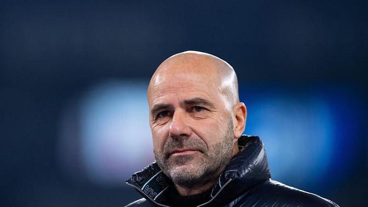 Leverkusens Trainer Peter Bosz, steht vor dem Spiel am Spielfeldrand. Foto: Guido Kirchner/dpa