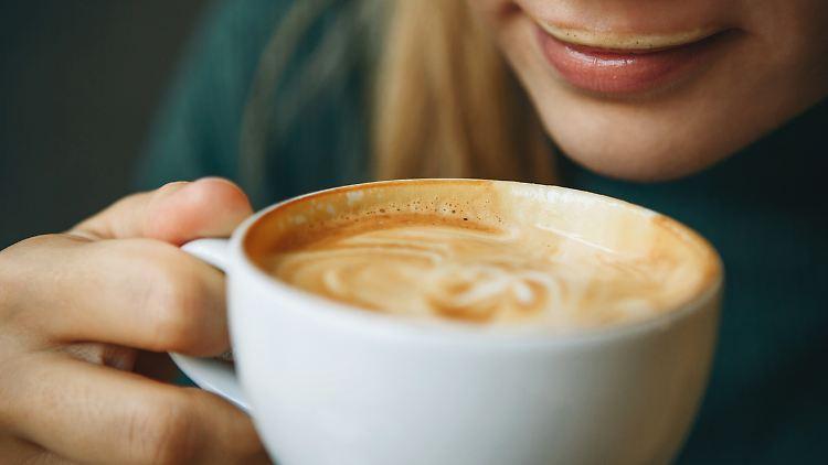 Mit einem Kaffeevollautomaten lassen sich mehrere Kaffee-Varianten auf Knopfdruck herstellen.
