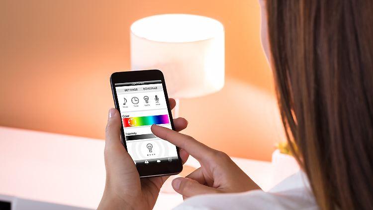 Mit smarten Lampen lässt sich zuhause eine gemütliche Stimmung schaffen.