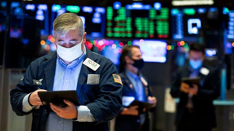 Dow Jones und S&P 500 bleiben nahe an Bestmarken dran.