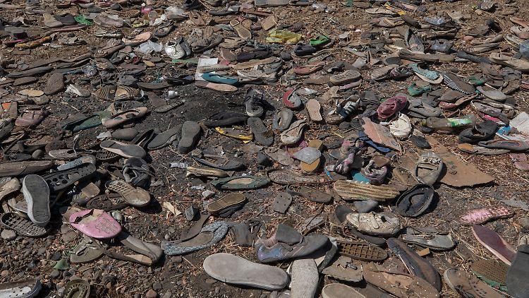 Zurückgelassene Schuhe von Menschen auf der Flucht vor dem Konflikt in der Region Tigray.