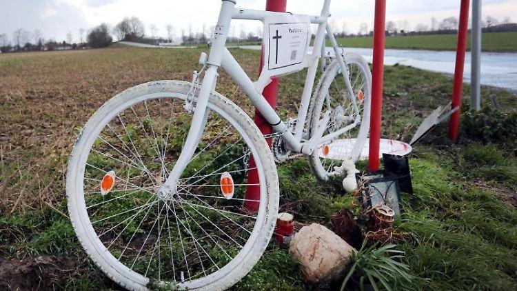 Ein weißes Fahrrad erinnert am Ort eines Verkehrsunfalls an einen toten Radfahrer.jpg