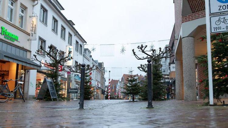 Blick in eine menschenleere Fußgängerzone. Foto: Friso Gentsch/dpa/Archivbild