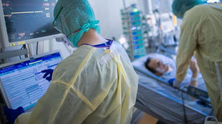 Krankenschwestern und Pflegekräfte arbeiten im besonders geschützten Teil der Intensivstation mit Corona-Patienten. Foto: Jens Büttner/dpa-Zentralbild/dpa/Archivbild