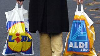 Die deutschen Supermärkte sanktionieren den Tütenverbrauch, indem sie Käufer ohne eigene Tragetaschen zur Kasse bitten.