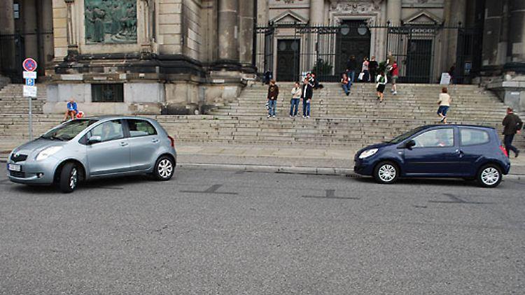 Dafür sind beide Autos beim Parken sehr dankbar. Lücken von 4,50 Meter sind recht problemlos zu meistern. Für geübte Fahrer sind auch vier Meter machbar.