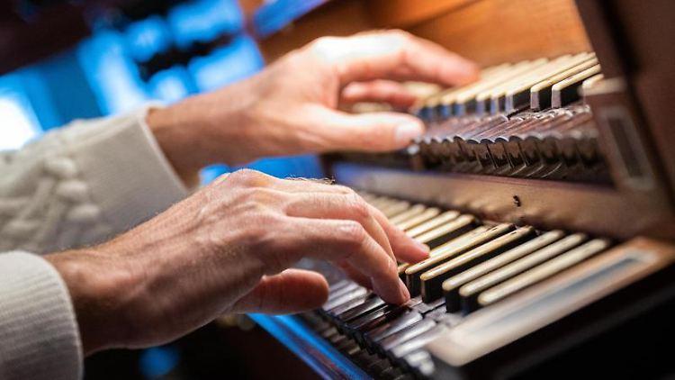 Ein Organist spielt an einer Orgel. Foto: Mohssen Assanimoghaddam/dpa/Archivbild