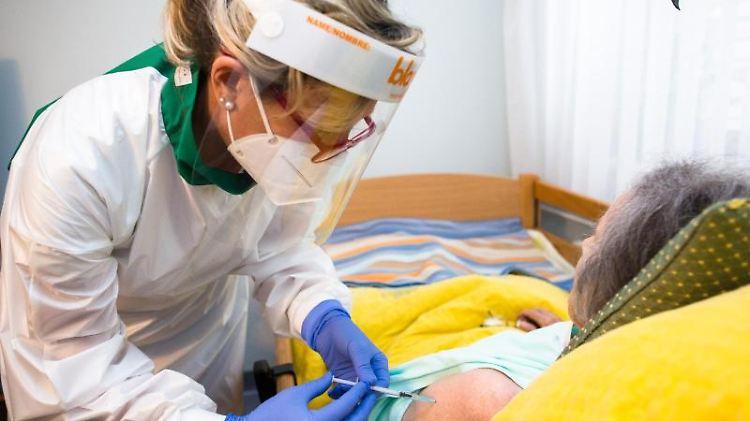 Eine Pflegerin impft die Bewohnerin eines Altersheims gegen Corona. Foto: Luka Dakskobler/SOPA Images via ZUMA Wire/dpa/Archivbild
