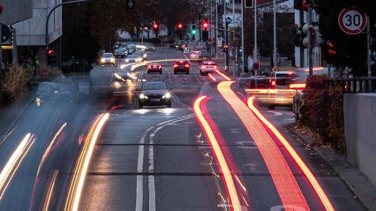 Autos fahren auf einer Hauptverkehrsstraße und ziehen dabei Leuchtspuren. Foto: Silas Stein/dpa/Archivbild
