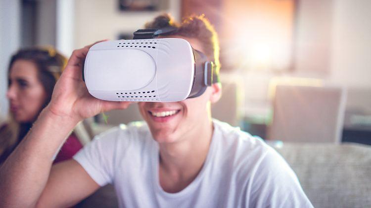 Durch eine VR-Brille können Nutzer in virtuelle Realitäten abtauchen.