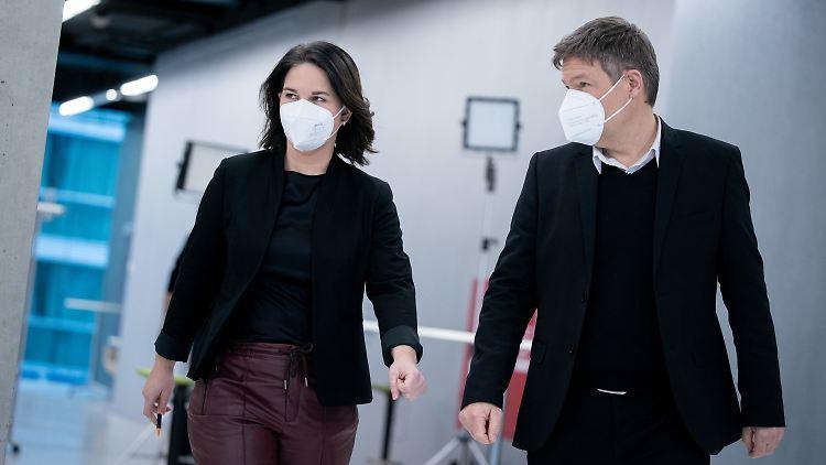 Die Grünen wollen das Coronavirus mit fünf neuen Maßnahmen aufhalten, das teilte Parteichefin Annalena Baerbock (links) nach der Jahresauftaktklausur mit.