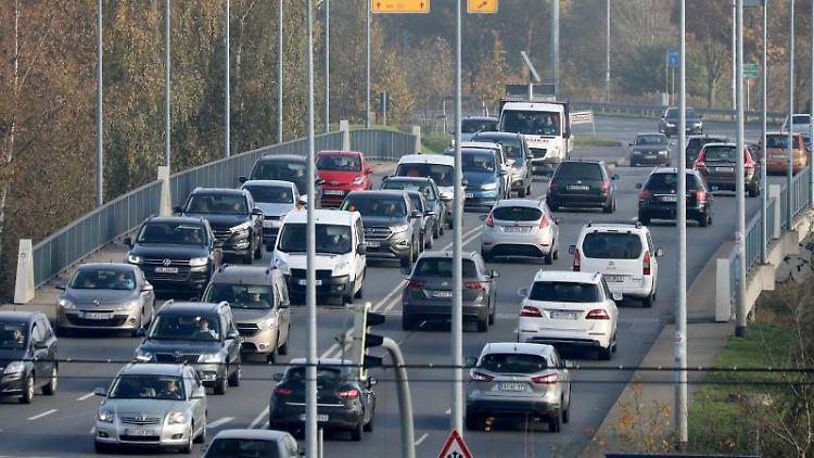 Der Verkehr rollt über die Vorpommernbrücke. Foto: Bernd Wüstneck/dpa-Zentralbild/dpa/Archivbild