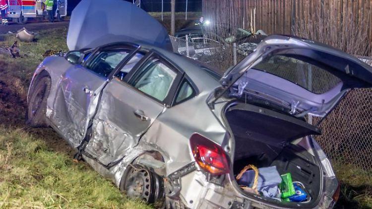 Eines der beiden Unfallautos steht nach einer Kollision bei Bretten abseits der Straße. Foto: Aaron Klewer/Einsatz-Report24/dpa