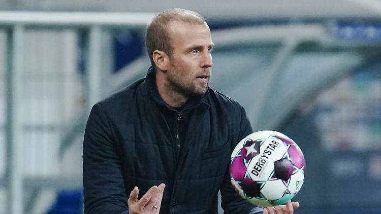 Hoffenheims Trainer Sebastian Hoeneß hält den Spielball in der Hand. Foto: Uwe Anspach/dpa/Archivbild