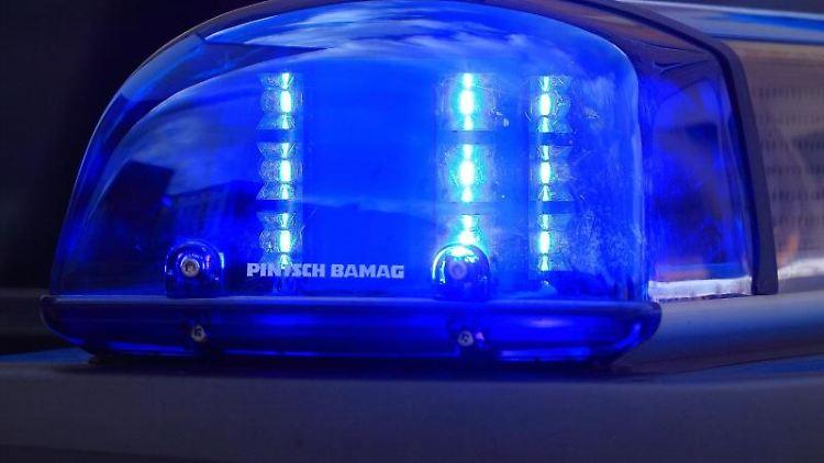 Das Blaulicht eines Funkstreifenwagens der Polizei blinkt im Einsatz. Foto: Jens Wolf/dpa-Zentralbild/dpa