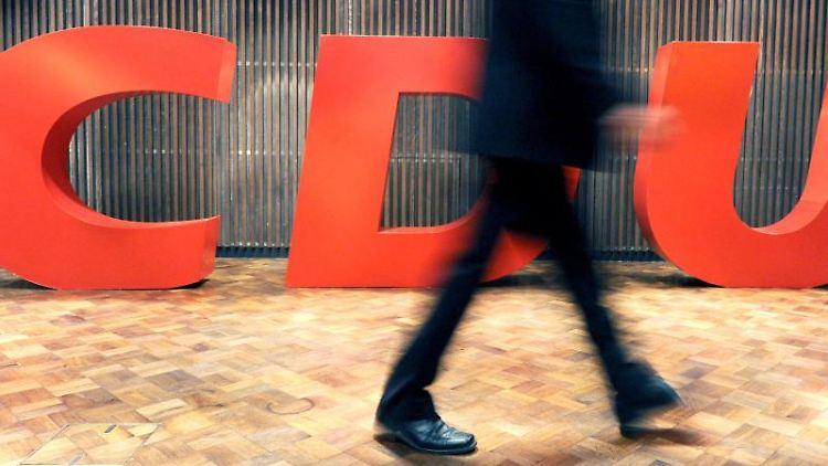 Ein Delegierter geht an einem CDU-Logo vorbei. Foto: Uli Deck/dpa/Symbolbild