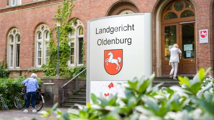 Eine Außenaufnahme des Landgerichts Oldenburg. Foto: Mohssen Assanimoghaddam/dpa
