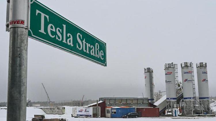 Das eingeschneite Baugelände der Tesla Gigafactory. Foto: Patrick Pleul/dpa-Zentralbild/dpa