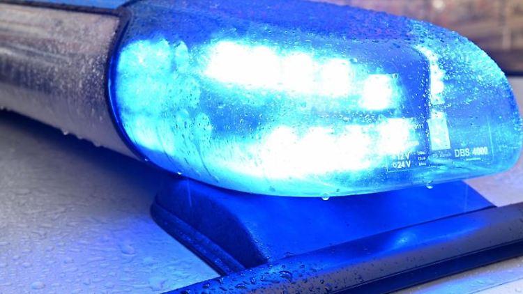Ein Streifenwagen mit eingeschaltetem Blaulicht. Foto: Carsten Rehder/dpa/Symbolbild