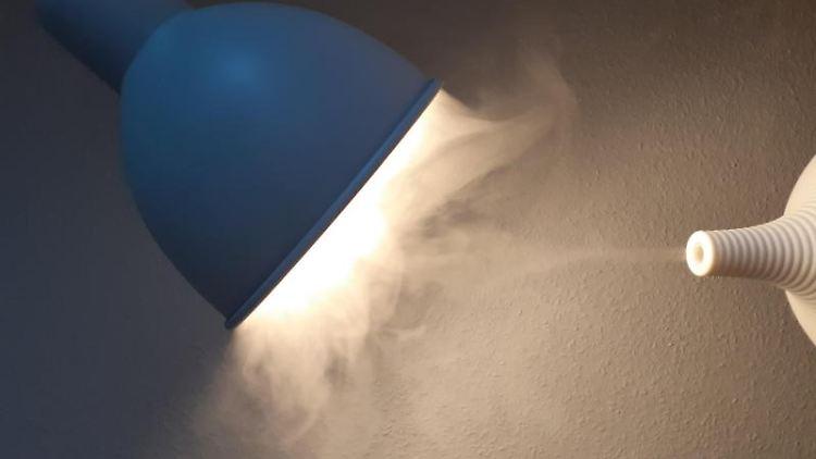 Aerosole vor einer Lampe. Foto: Philipp Brandstädter/dpa/Symbolbild