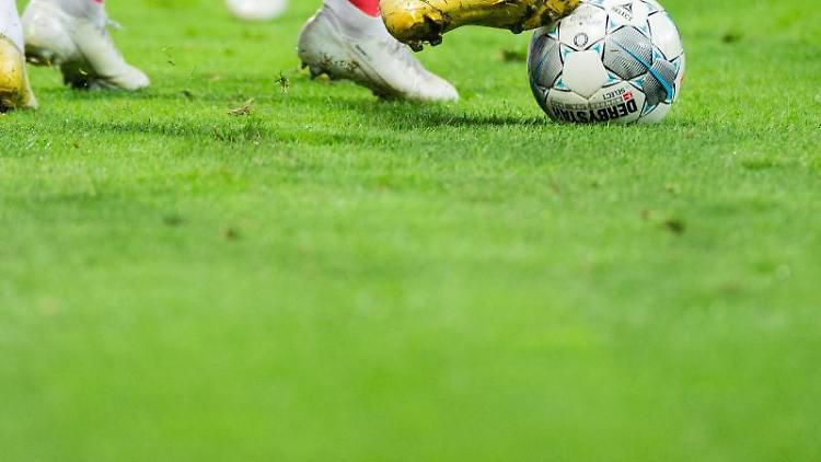 Spieler versuchen an den Ball zu kommen. Foto: Rolf Vennenbernd/dpa/Symbolbild