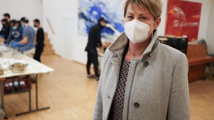Berlins Sozialsenatorin Elke Breitenbach besucht ein Kälte-Hilfe Projekt. Foto: Jörg Carstensen/dpa