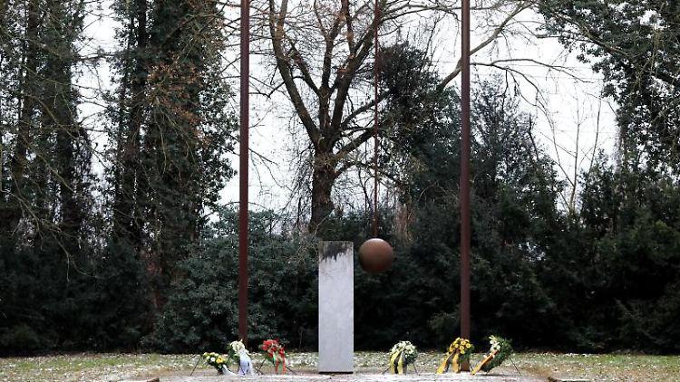 Blumenkränze liegen auf der Gedenkstätte für die Opfer des Luftangriffs auf Magdeburg. Foto: Peter Gercke/dpa-Zentralbild/dpa