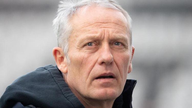 Freiburgs Trainer Christian Streich gibt vor dem Spiel ein Interview. Foto: Sebastian Gollnow/dpa/Archivbild