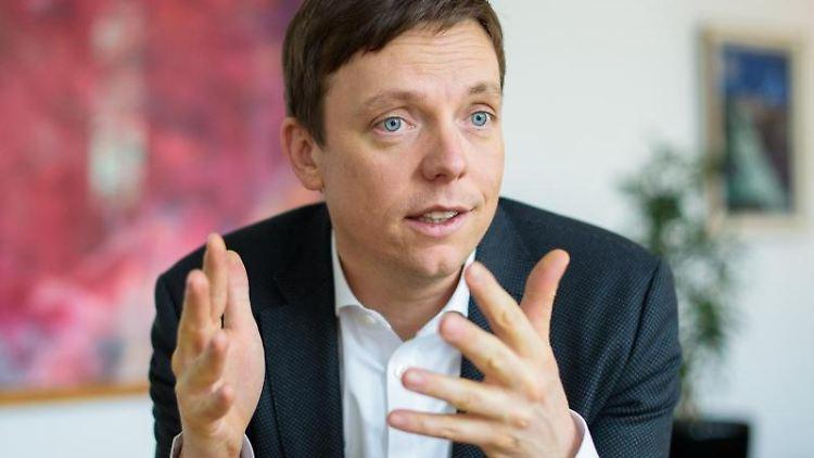Tobias Hans (CDU), Ministerpräsident des Saarlandes, gestikuliert. Foto: Oliver Dietze/dpa