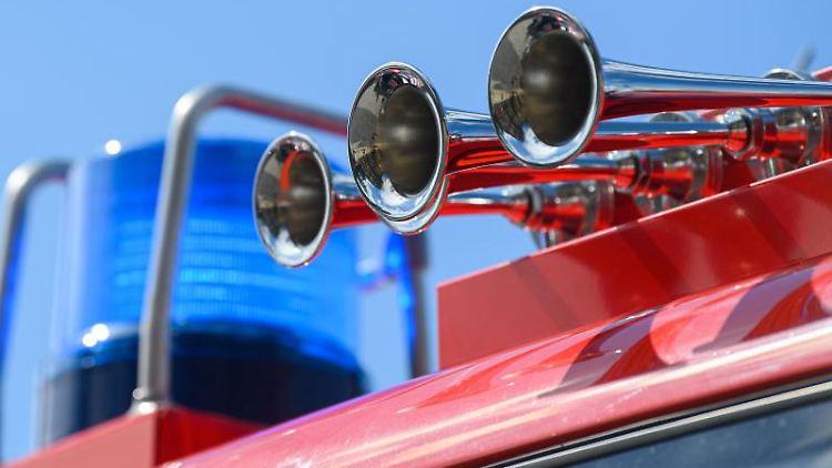 Blaulicht leuchtet an einer Feuerwehr mit Martinshorn. Foto: Robert Michael/dpa-Zentralbild/ZB/Symbolbild