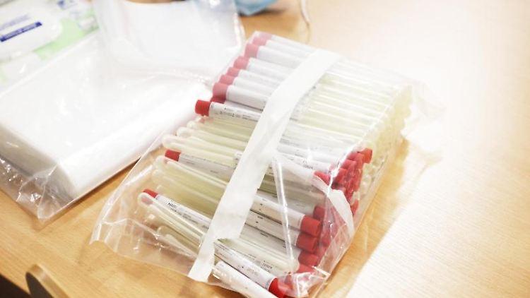 Teströhrchen für den Covid-19 Test liegen auf einem Tisch an einer Corona-Teststelle. Foto: Bodo Schackow/dpa-Zentralbild/dpa/Archivbild