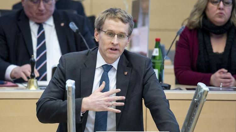 Daniel Günther (CDU), Ministerpräsident von Schleswig-Holstein, spricht im Landtag. Foto: Axel Heimken/dpa