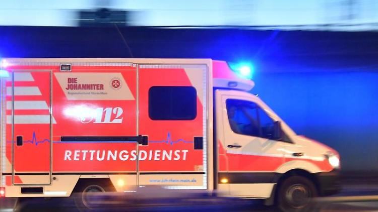 Ein Rettungswagen ist mit eingeschaltetem Blaulicht im Einsatz. Foto: Boris Roessler/dpa/Archivbild