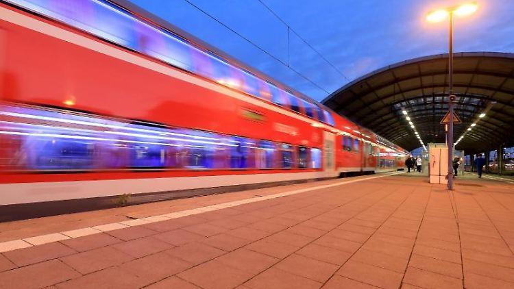 Ein Regionalzug fährt aus dem Hauptbahnhof in Halle/Saale. Foto: Peter Gercke/dpa-Zentralbild/dpa/Archivbild