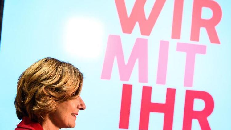 Malu Dreyer, SPD-Spitzenkandidatin zur Landtagswahl, steht vor dem Wahlslogan