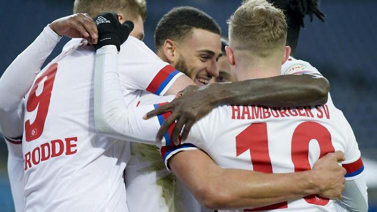 Hamburgs Spieler feiern ihren Teamkollegen Josha Vagnoman (M) für seinen Treffer zum 4:0. Foto: Axel Heimken/dpa