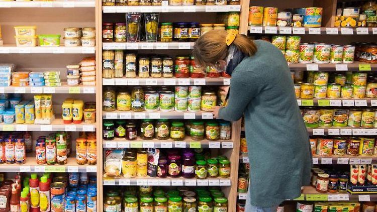 Frauke Lehrke, Marktleiterin, sortiert Lebensmittel im Dorfladen Bolzum. Foto: Julian Stratenschulte/dpa/Archivbild