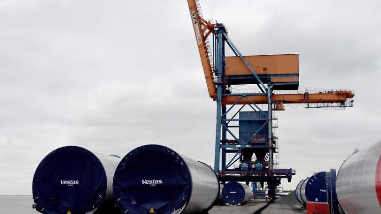 Ein Binnentankschiff ist im Hafen unkontrolliert gegen die Hafenanlagen geprallt und dabei leicht beschädigt worden. Foto: Carsten Rehder/dpa/Archivbild