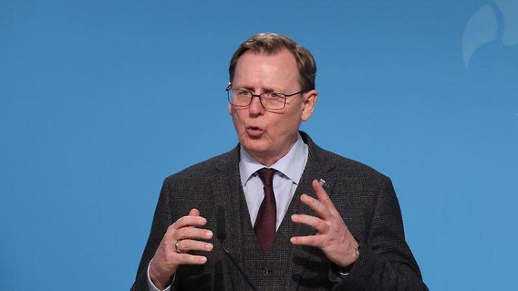 Bodo Ramelow (Die Linke), Ministerpräsident von Thüringen, gibt ein Statement ab. Foto: Bodo Schackow/dpa-Zentralbild/dpa
