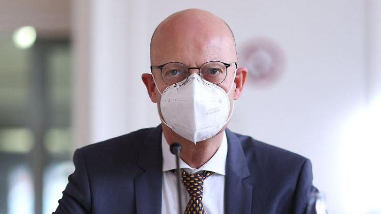 Halles Oberbürgermeister Bernd Wiegand (parteilos) bei einem Interview. Foto: Ronny Hartmann/dpa-Zentralbild/dpa