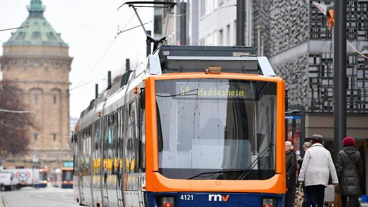 Eine Straßenbahn in Mannheim. Foto: Uwe Anspach/dpa/Symbolbild/Archiv