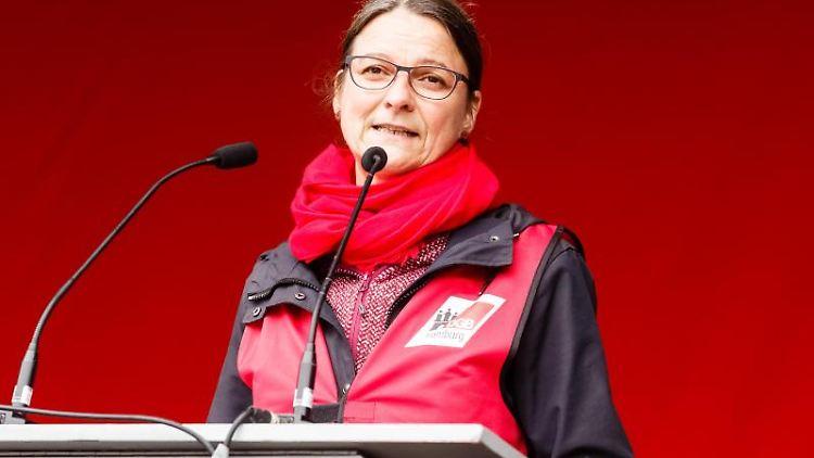 Katja Karger, Hamburgs DGB-Vorsitzende, spricht auf der Demonstration des DGB zum 1. Mai. Foto: Markus Scholz/dpa/Archivbild