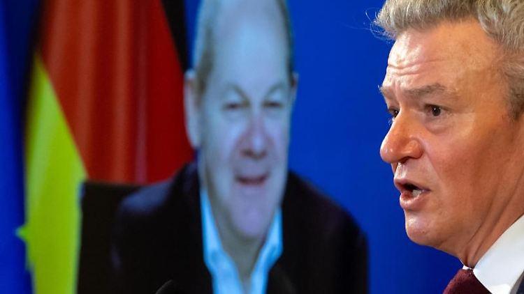 Der zugeschaltete Vizekanzler und SPD-Kanzlerkandidat Olaf Scholz (l) und Bayerns SPD-Landtagsfraktionschef Horst Arnold. Foto: Sven Hoppe/dpa