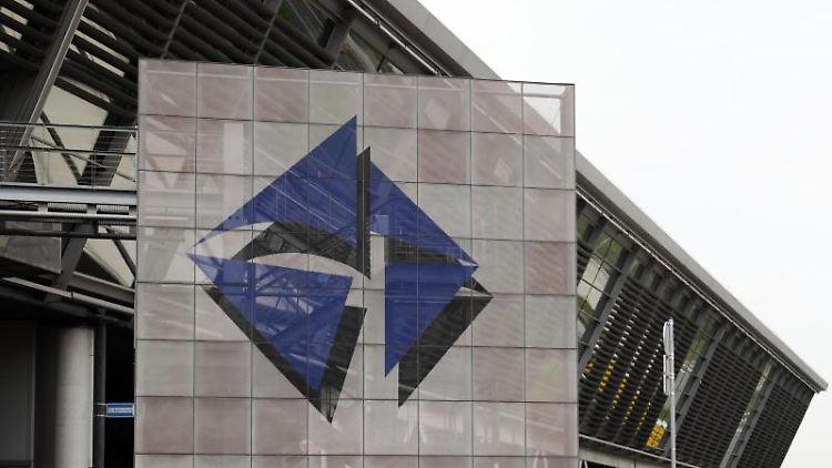 Blick auf das Logo des Flughafens Leipzig/Halle am Zentralterminal. Foto: Peter Endig/zb/dpa/Archivbild